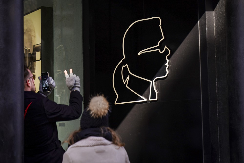 NEW YORK, NY - FEBRUARY 19: A man takes a photograph of the logo outside the Karl Lagerfeld store in the SoHo neighborhood of Manhattan, February 19, 2019 in New York City. Karl Lagerfeld, a prolific and influential German fashion designer, passed away on (Foto: Getty Images)