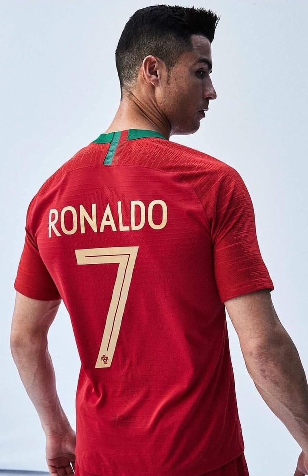 Ronaldo posa com a camisa de Portugal para a Copa do Mundo (Foto  Divulgação fe0c9d3374be6