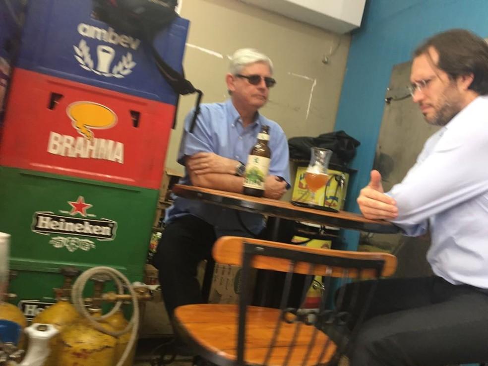 Rodrigo Janot conversa com o advogado Pierpaolo Bottini em um bar de Brasília (Foto: Reprodução, site 'O Antagonista')