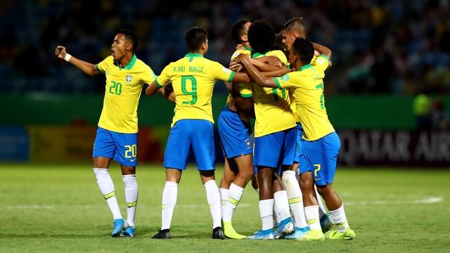 Jogadores do Brasil comemoram o gol de Talles Magno, o primeiro da seleção contra Angola