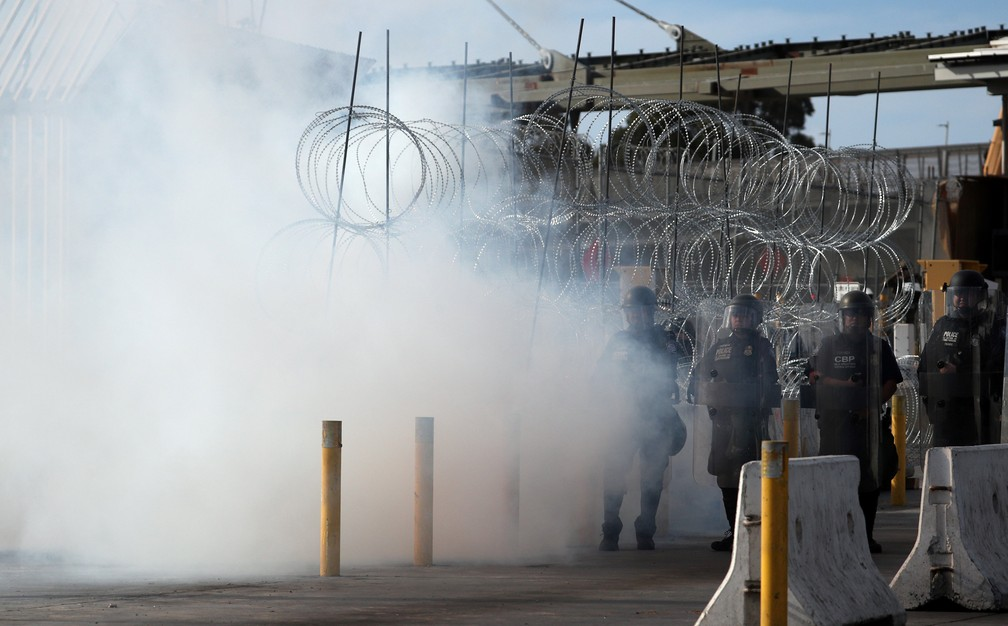 Oficiais de proteção alfandegária e de fronteiras dos EUA participam de um exercício de prontidão operacional em grande escala na passagem fronteiriça do Porto de San Ysidro, visto de Tijuana — Foto: Hannah McKay/Reuters