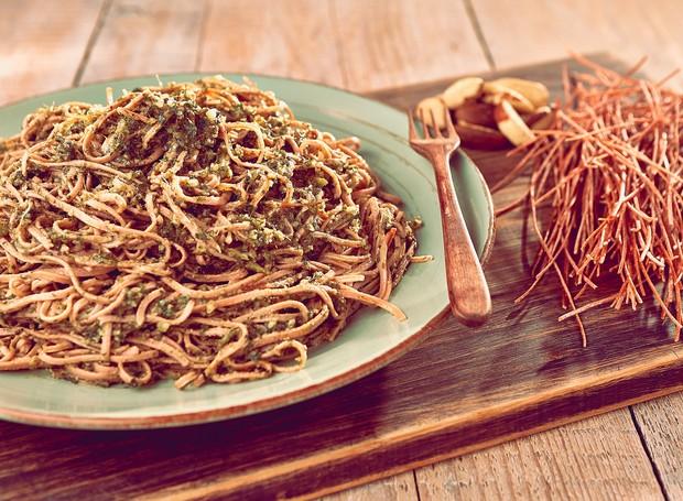 Espaguete de feijão com pesto de manjericão (Foto: Thiago Mazi/Divulgação)