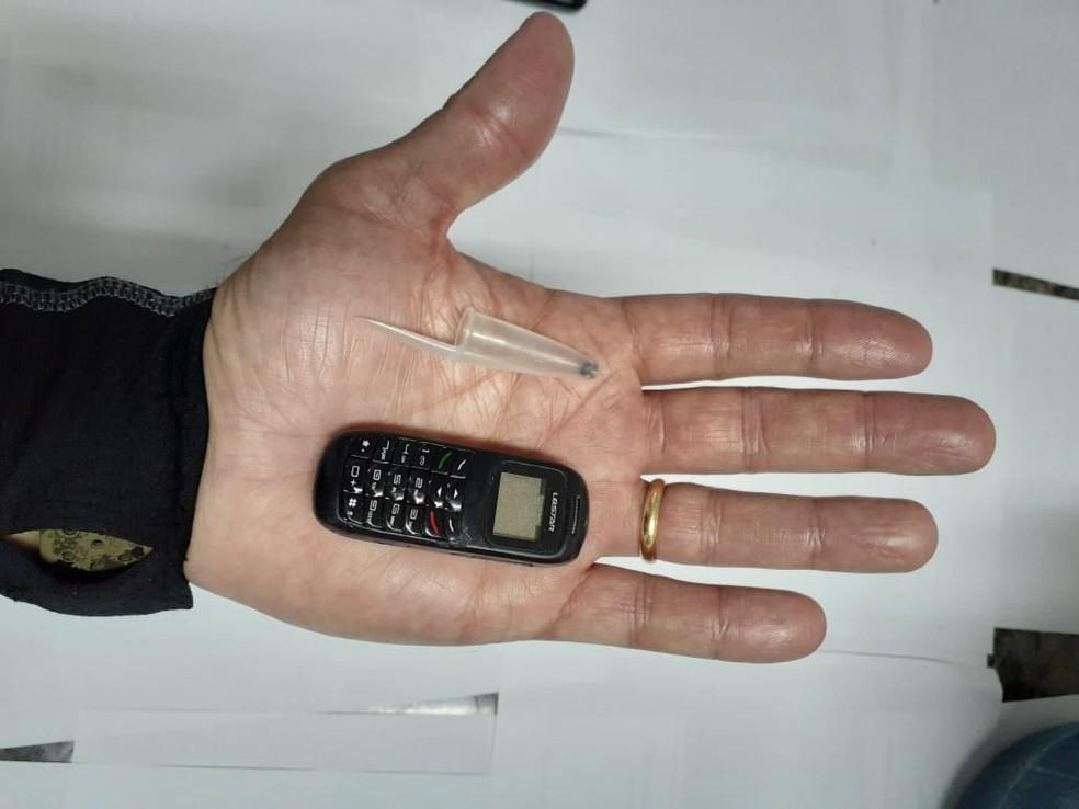 Celular do tamanho de uma tampa de caneta é apreendido na Baixada Fluminense — Foto: Divulgação/Seap