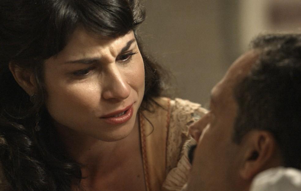 Mariana diz que está apaixonada pelo Motoqueiro... ops, pelo Coronel Brandão!  (Foto: TV Globo)