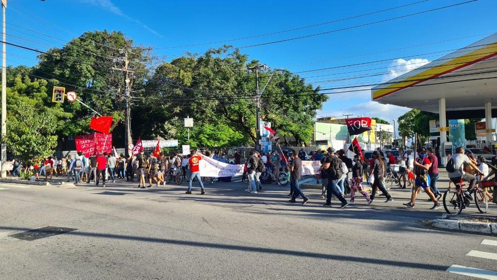 Manifestantes saem do Bairro Benfica em protesto contra Jair Bolsonaro. — Foto: Ranniery Melo/Sistema Verdes Mares