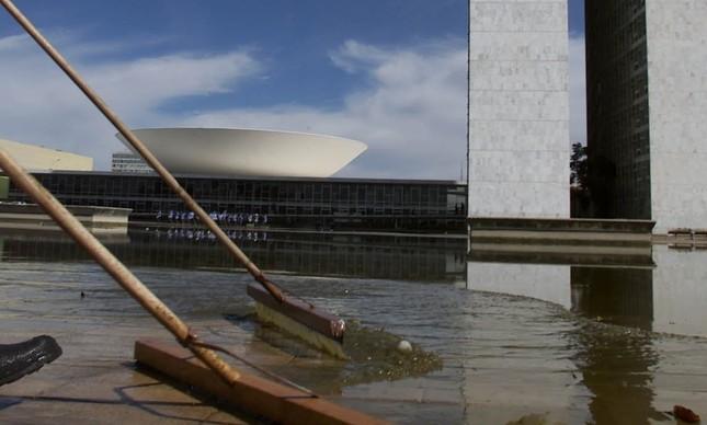 Funcionários tiram lama do lago do Congresso