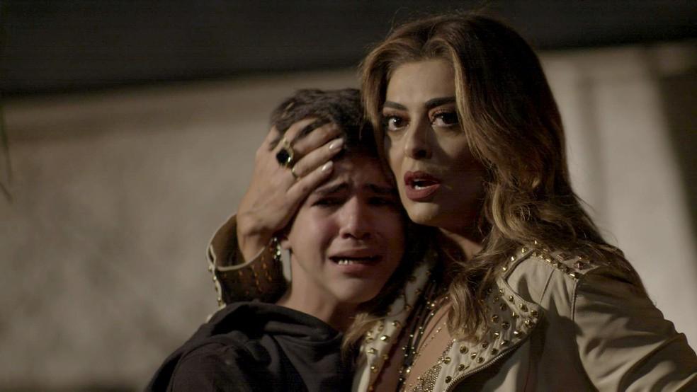 Em 'A Força do Querer', Bibi (Juliana Paes) corre para socorrer Yuri (Drico Alves) — Foto: TV Globo