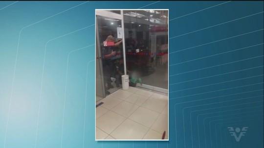 Policial resgata criança entalada em vidro de banco; assista ao VÍDEO