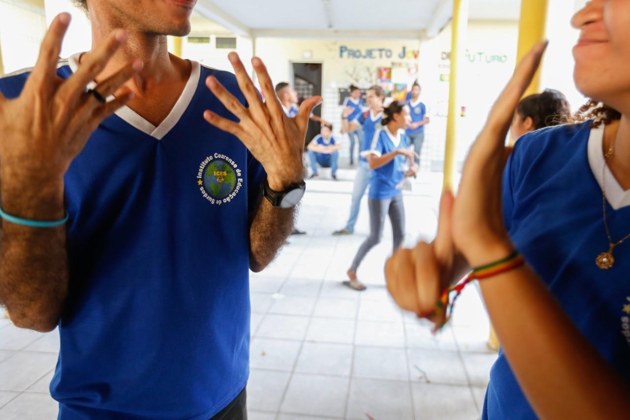 Estudantes com deficiência auditiva enfrentam desafios para acompanhar aulas remotas no Ceará durante pandemia