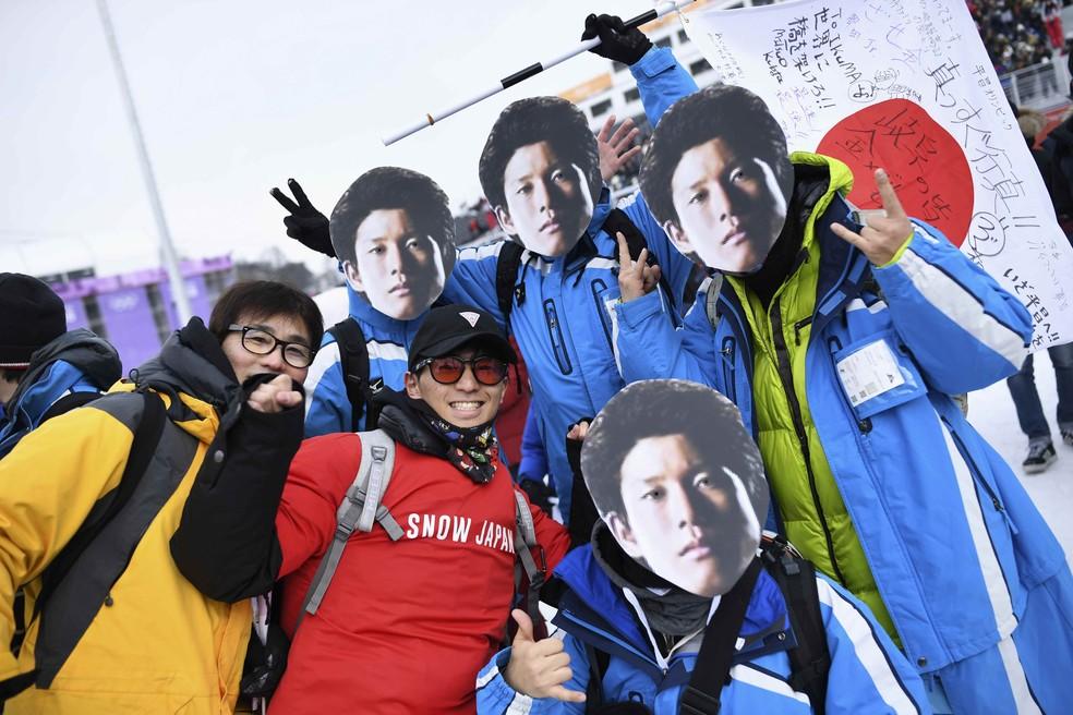 """Torcedores de Ikuma Horishima levam """"cabeções"""" para arquibancada (Foto: Reuters)"""