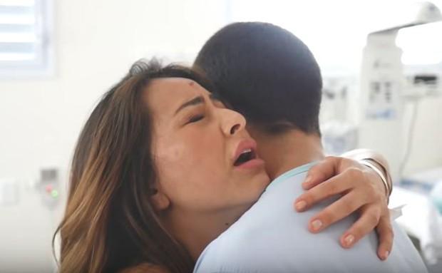 Sabrina Sato recebendo apoio de Duda Nagle ao sentir dores da contração no trabalho de parto (Foto: Reprodução/Youtube)