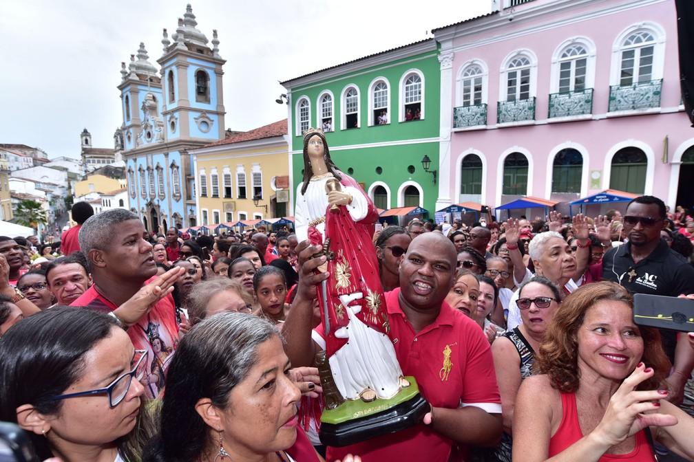 Fiel carrega imagem de Santa Bárbara no Centro Histórico de Salvador — Foto: Max Haack/Ag. Haack