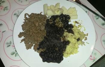 Para matar a saudade do Brasil, Érika Ribeiro Mattos come arroz e feijão na Holanda (Foto: Arquivo pessoal/Érika Ribeiro Mattos)