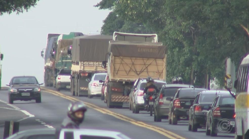 Fumaça emitida por veículos movidos a diesel podem poluir meio ambiente - Foto: Reprodução/TV TEM