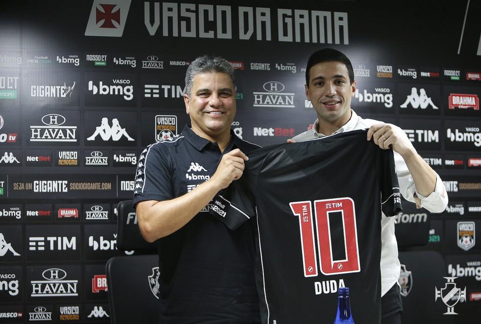 Marcelo Cabo recebe de Pássaro uma camisa com o nome de Duda, sua filha e torcedora do Vasco — Foto: Rafael Ribeiro/Vasco