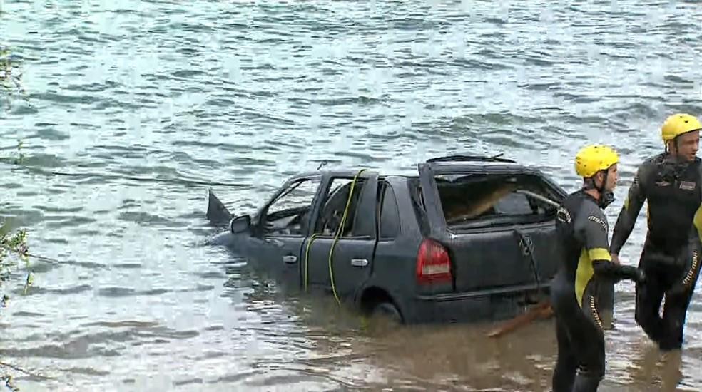 Carro foi retirado da água após cinco horas de trabalho em Rifaina, SP — Foto: Chico Escolano/EPTV