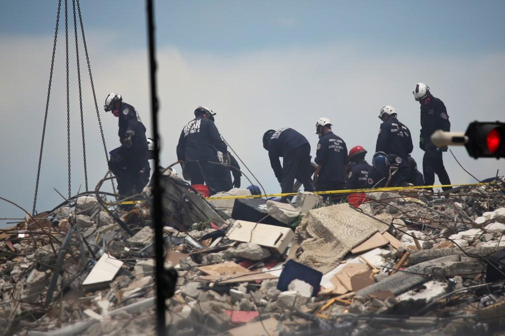 Buscas realizadas neste sábado (26) em prédio que desabou na região de Miami. — Foto: REUTERS/Marco Bello