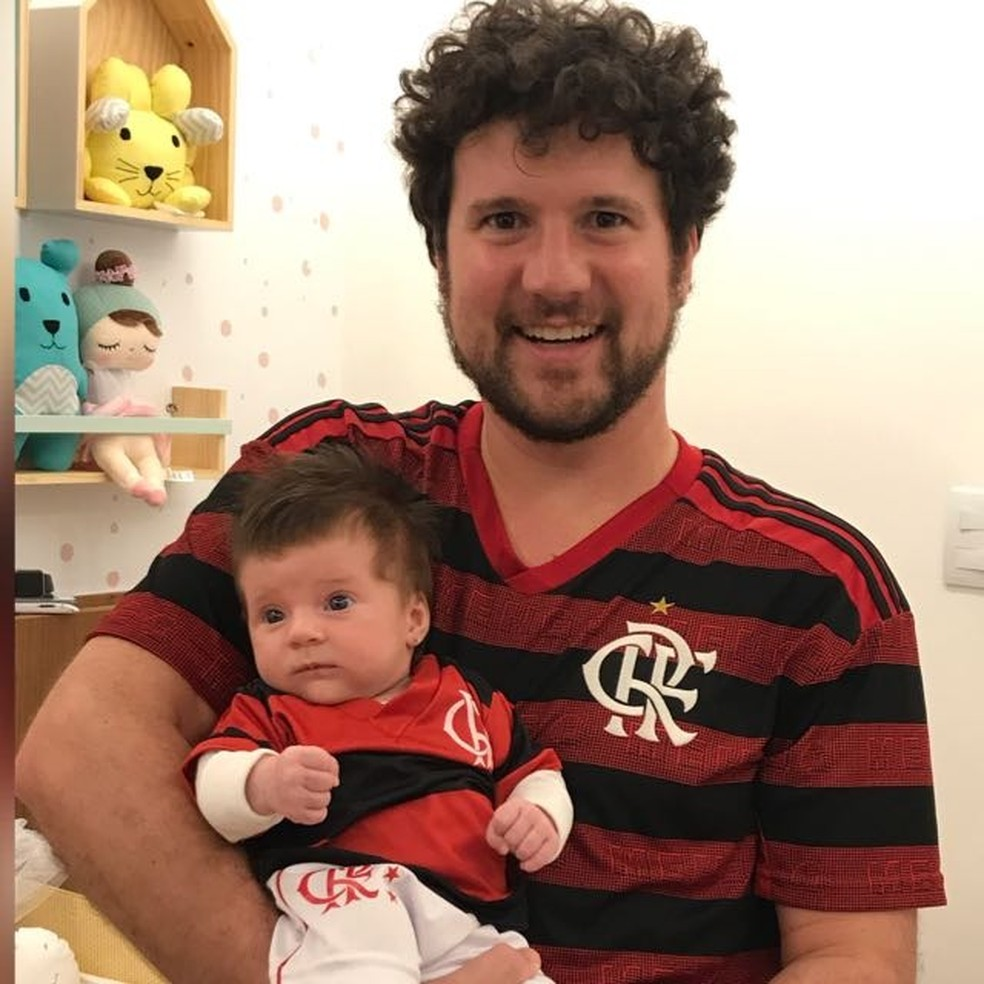 """João Mariano com a pequena Manuella: """"nasceu no ano do título da Libertadores"""" — Foto: Arquivo Pessoal"""