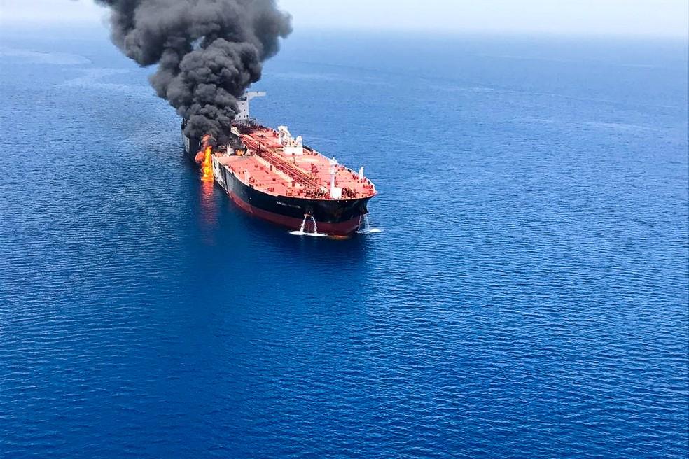 Um dos navios petroleiros que foram supostamente atacados nesta quinta-feira (13) no golfo do Omã. — Foto: Isna/Handout via Reuters