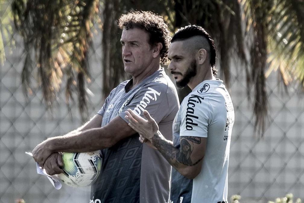 Pará conversa com o técnico Cuca, do Santos — Foto: Ivan Storti / Santos Fc