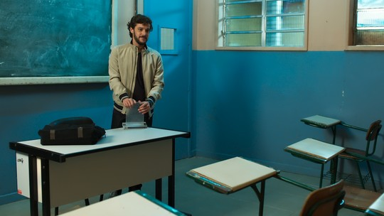 Renato é surpreendido por alunos do Dom Fernão em sua despedida