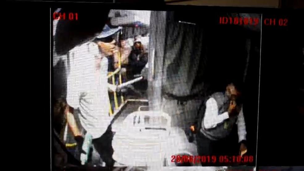 Sequestrador do ônibus na Ponte Rio-Niterói fala com motorista — Foto: Reprodução