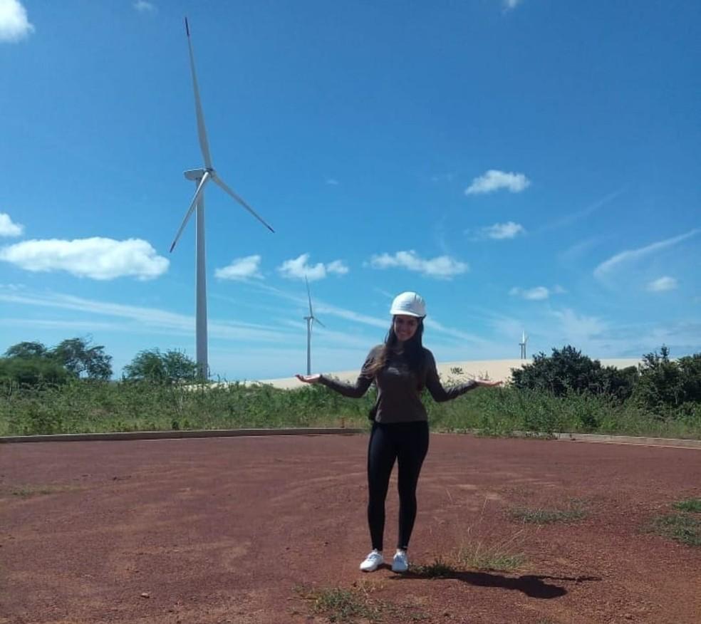 Bruna Almdeia, de 21 anos, em visita a parque eólico durante curso de Tecnologia em Energias Renováveis, do IFRN — Foto: Arquivo pessoal/cedida