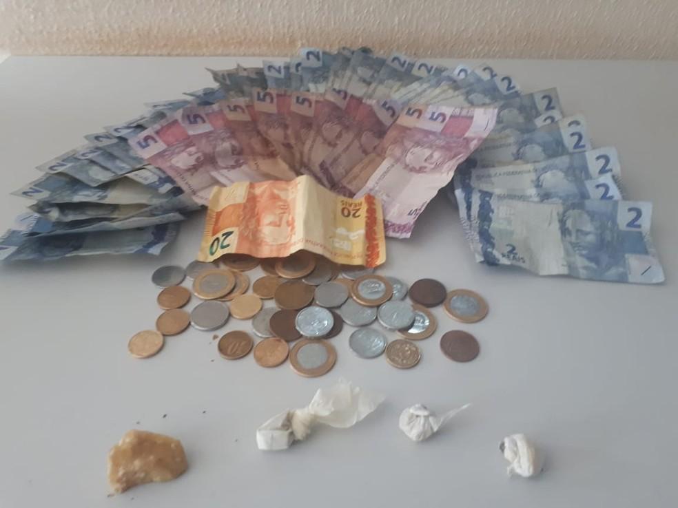 Polícia apreendeu dinheiro e porções de droga durante abordagem na região da antiga rodoviária — Foto: Polícia Militar/Divulgação