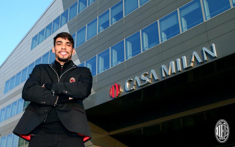 Lucas Paquetá posa em frente à Casa Milan — Foto: Reprodução / Twitter