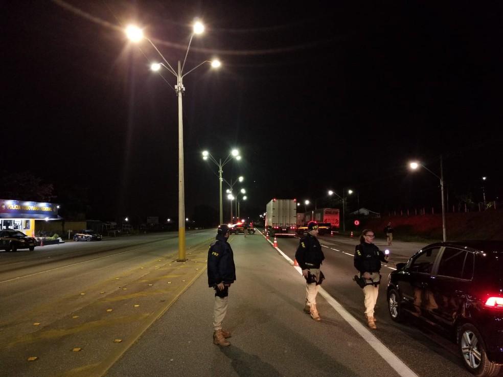 Centenas de motoristas foram submetidos ao teste do bafômetro pela PRF de SC  — Foto: PRF/Divulgação