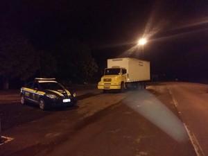 Caminhão com adesivo dos Correios transporta 9 toneladas de carga ilegal (Foto: PRF/Divulgação)