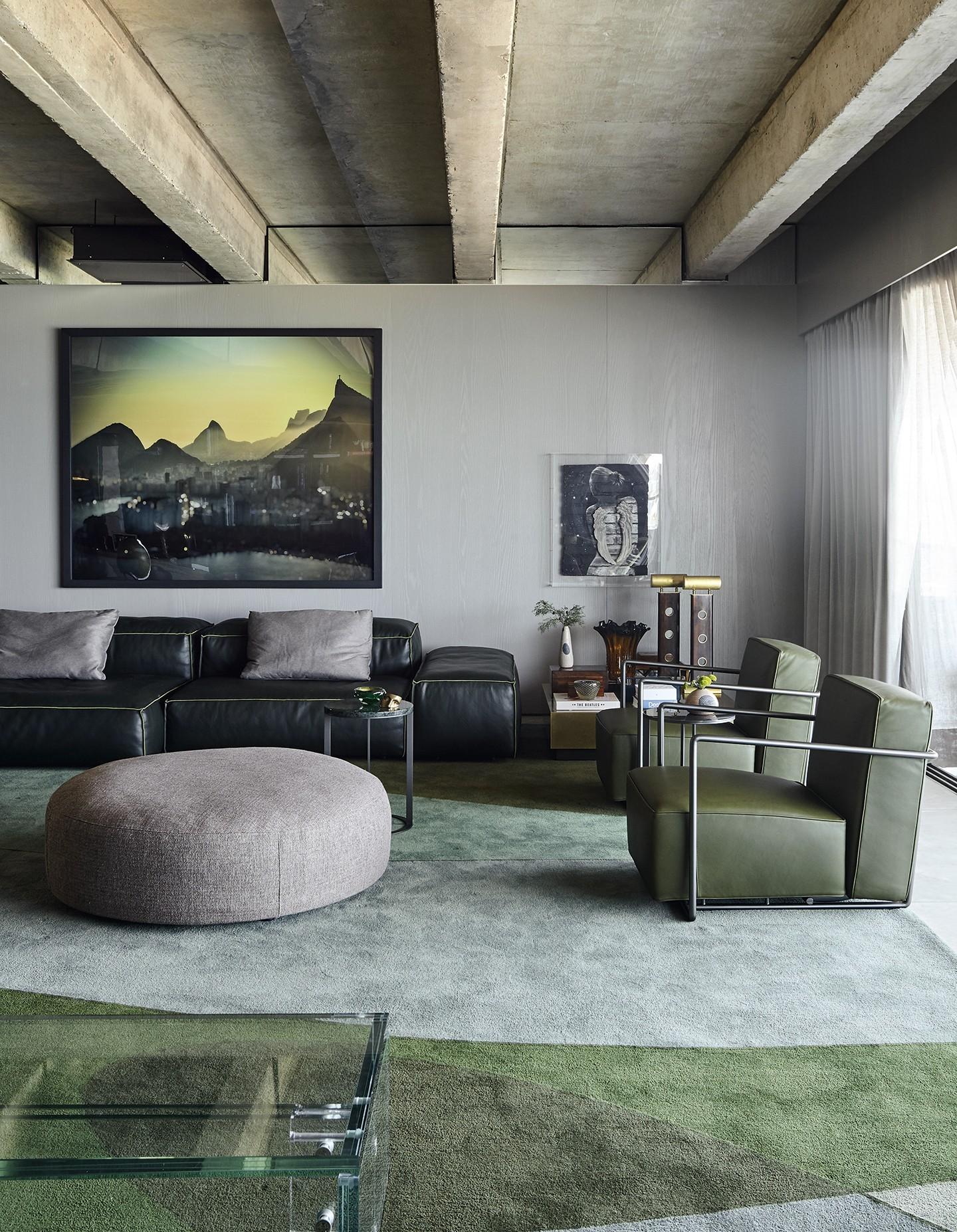 Décor do dia: sala de estar cinza com pontos de cor nos detalhes (Foto: Ilana Bessler)