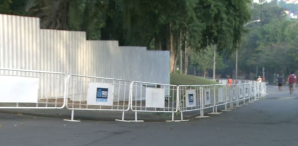 Tapumes restringem o acesso ao Museu Nacional — Foto: Reprodução/TV Globo
