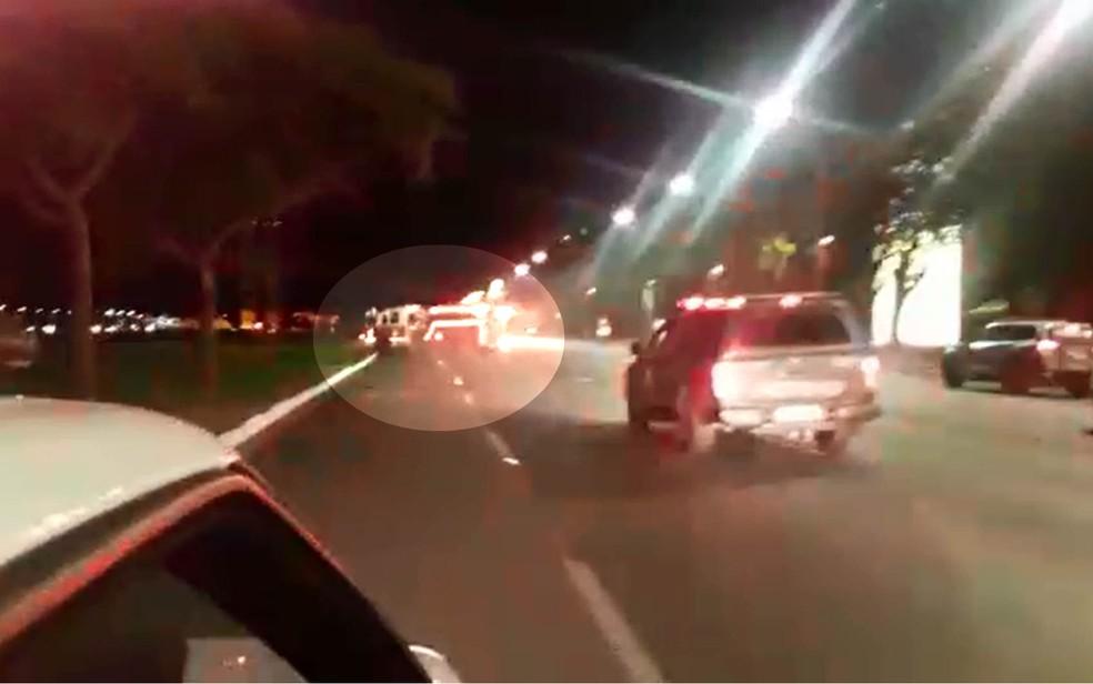 Viatura teve os pneus furados e ficou atravessada na Esplanada dos Ministérios, em Brasília (Foto: Arquivo pessoal)