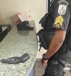 Jovem é flagrado com arma na cintura no bairro São Lucas, em Volta Redonda, RJ