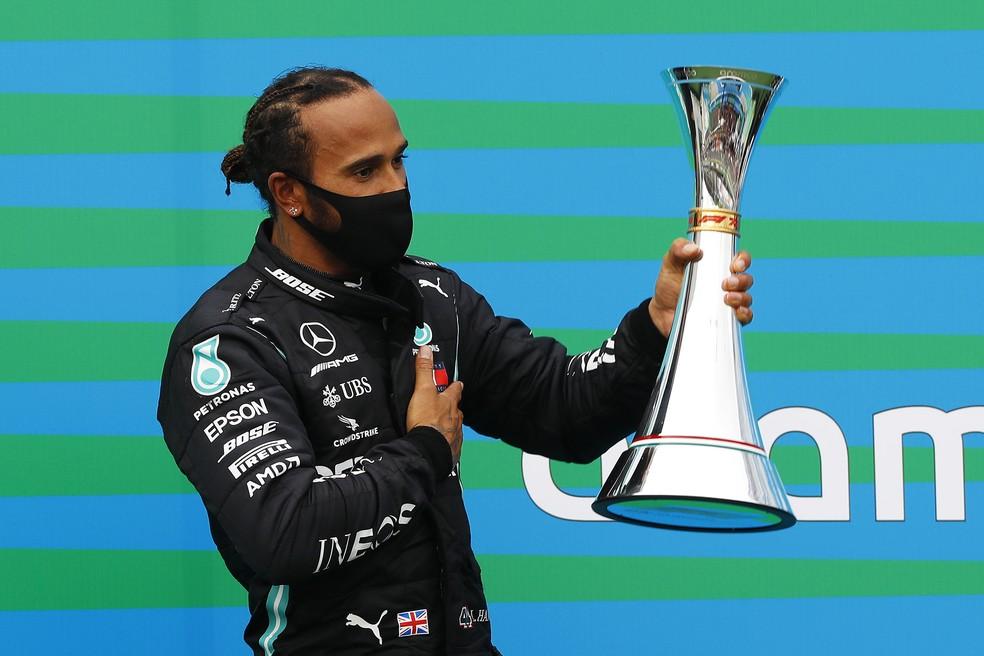 Lewis Hamilton comemora a oitava vitória da carreira no GP da Hungria — Foto: Leonhard Foeger/Pool via Getty Images