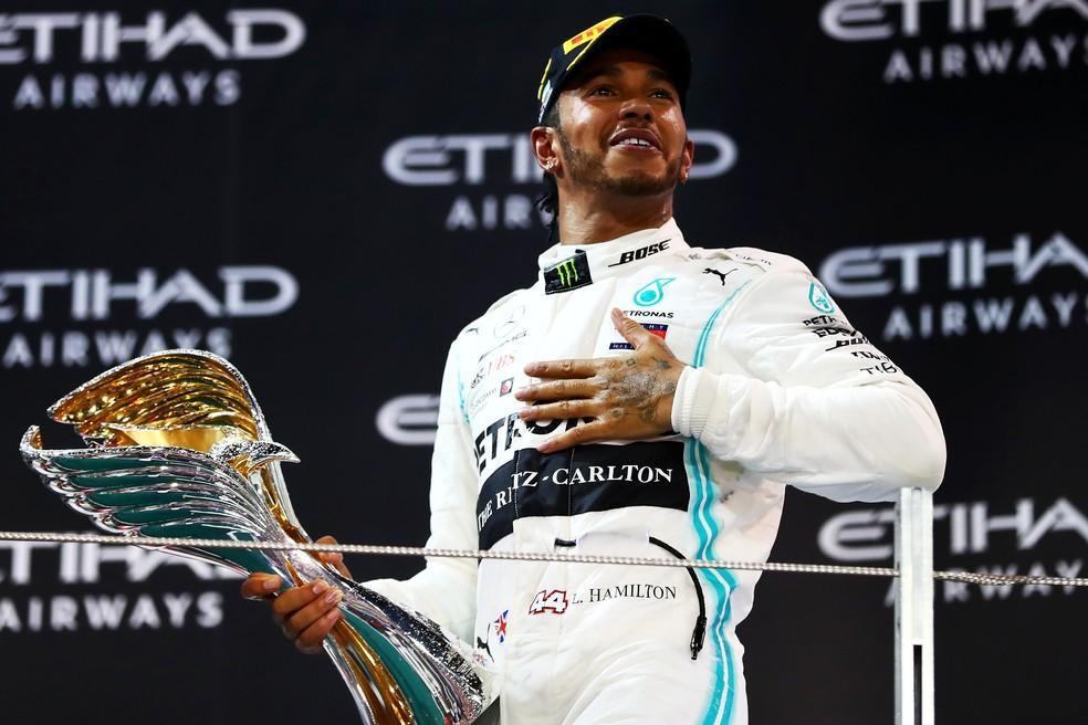 Lewis Hamilton com o troféu do GP de Abu Dhabi — Foto: Divulgação