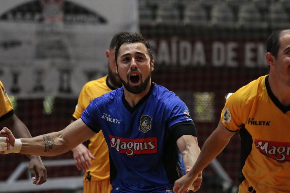 O goleiro Lucas Oliveira marcou duas vezes na partida — Foto: Guilherme Mansueto/Magnus Futsal
