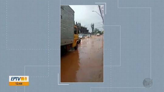 Chuva forte alaga ruas do bairro Faisqueira, em Pouso Alegre, MG