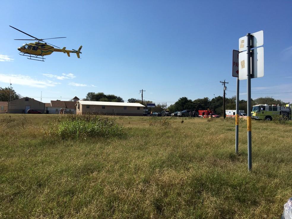 Helicóptero leva vitimas de atirador em igreja de Sutherland Springs, no Texas (Foto: MAX MASSEY/ KSAT 12/via REUTERS)