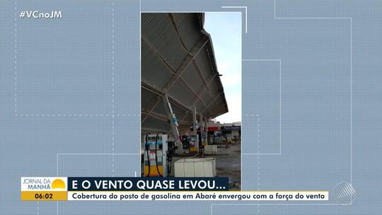 Vento derruba cobertura de posto de gasolina e cai em cima de caminhão no norte da Bahia