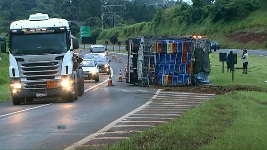 Caminhão carregado com frango tomba na BR-277, no oeste do Paraná; motorista disse que dormiu no volante