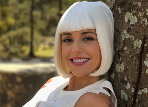 Priscila Sol vive Tia Perucas em 'Carinha de Anjo' (Foto: Reprodução/ Instagram)