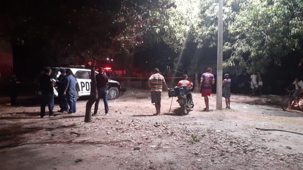 Adolescente foi morto com tiro na cabeça quando assistia partida de futebol no Conjunto Palmeiras, em Fortaleza. — Foto: PM/ Divulgação