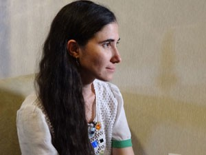 Blogueira participa de entrevista logo após chegar de voo que saiu do Panamá (Foto: Katherine Coutinho/G1)