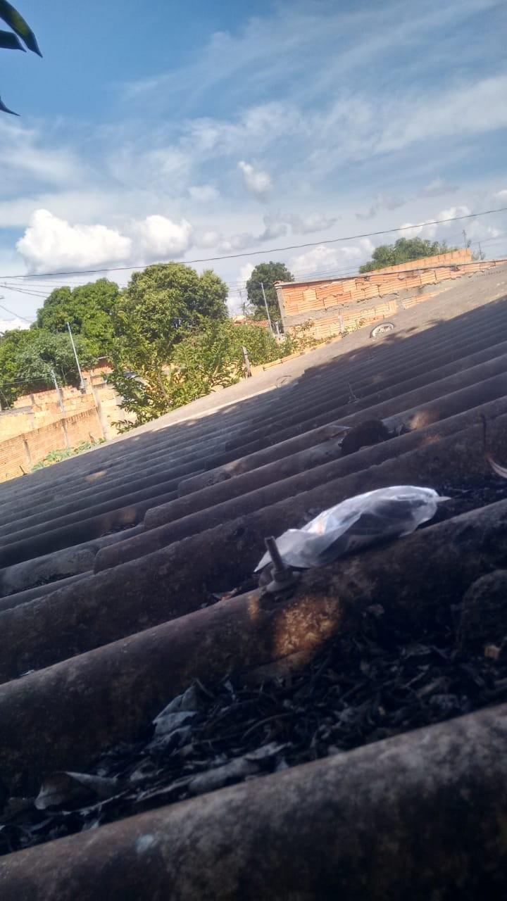 PM apreende tabletes de maconha em cima de telhado de casa em Arinos; homem foi preso