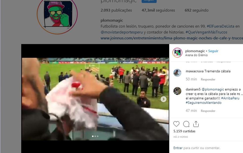 Mágico Plomo recebe a camisa das mãos de Cueva na Arena — Foto: Reprodução / Instagram