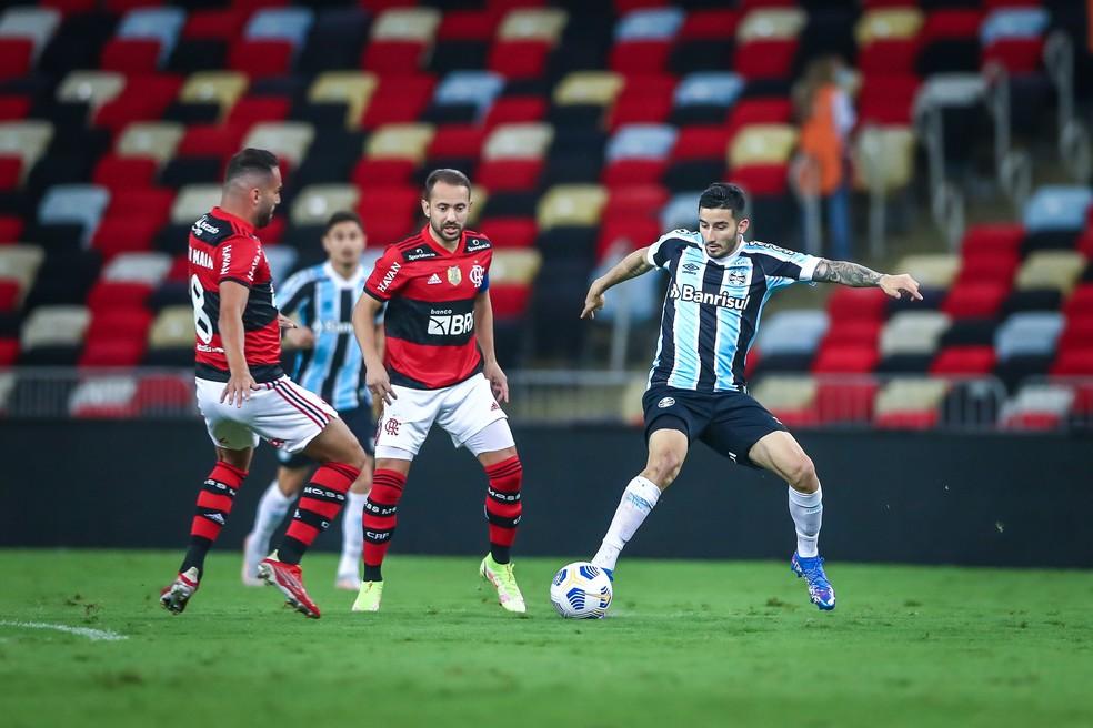 Thiago Maia e Everton Ribeiro tiveram grande atuação diante do Grêmio — Foto: Lucas Uebel/Grêmio