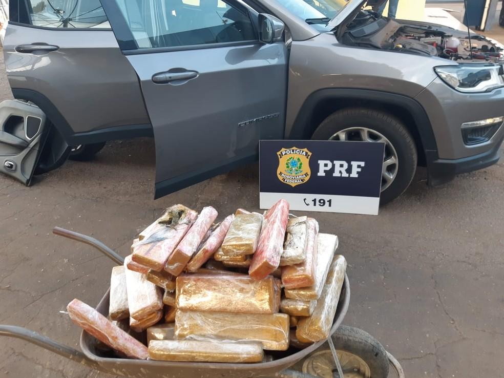 Tabletes de maconha foram encontrados em veículo — Foto: PRF/Divulgação