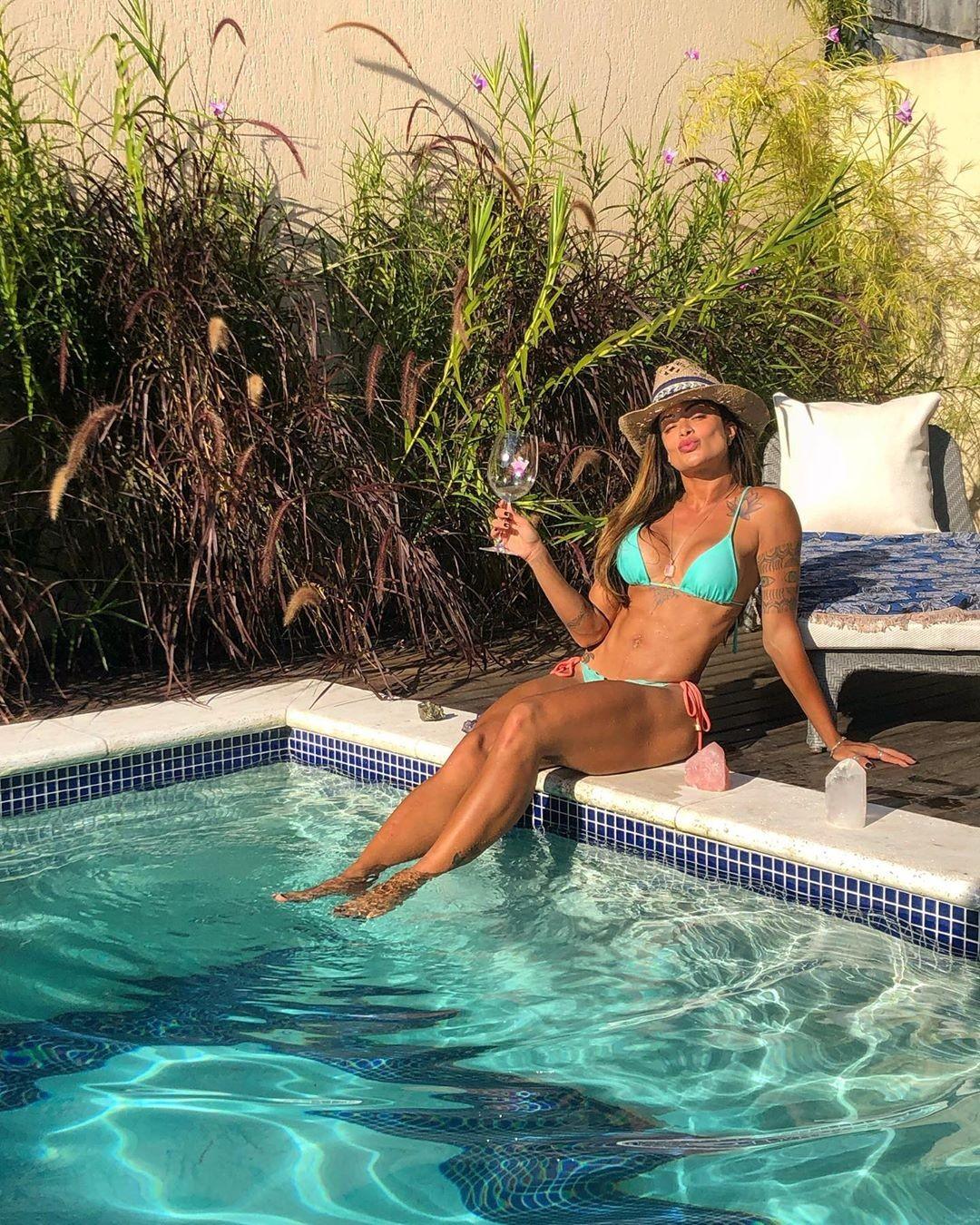 """Aline Riscado bebe vinho na beira da piscina e celebra fim de ano: """"Nada melhor"""""""